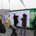 Pan Prezes ElektroEko Grzegorz Skrzypczak podpisuje graffiti