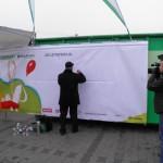 Członek Zarządu ElektroEko Pan Zdzisław Janeta podpisuje graffiti