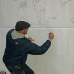Robert Rozmus podpisuje graffiti